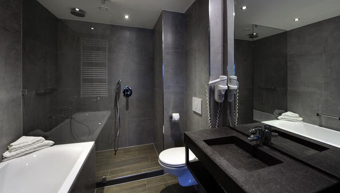 bathroom with bath tub and/or rainshower