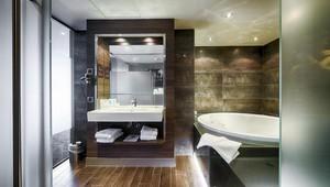 superior jacuzzi kamer met balkon van der valk hotel gilze tilburg. Black Bedroom Furniture Sets. Home Design Ideas